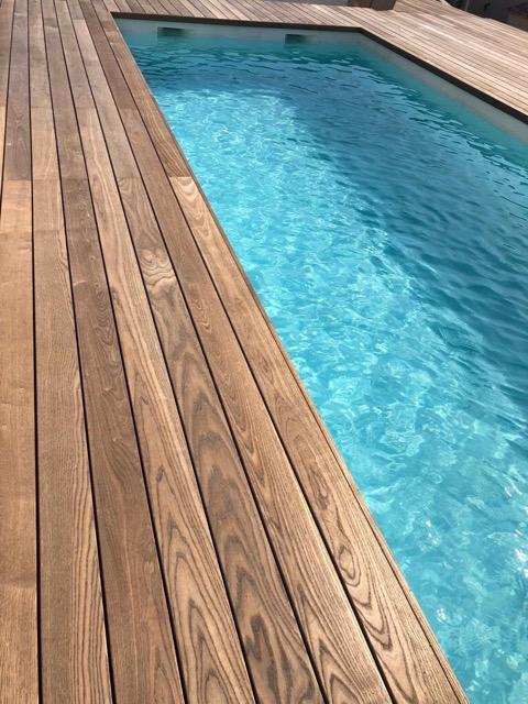 Terrasse en bois autour d'un couloir de nage